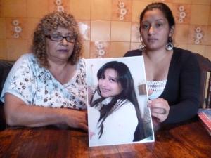 Izq. Madre de Vanesa, Felisa Chavero, Der. Daniela Castaño, la hermana